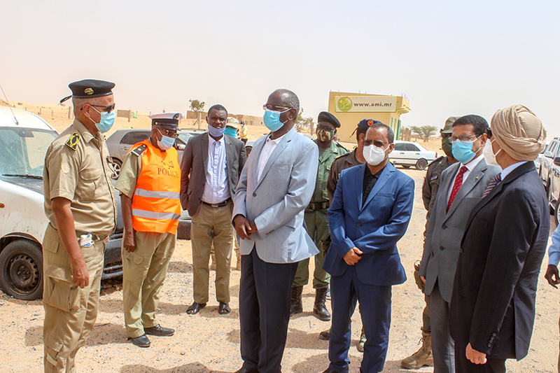 الوفد الوزاري خلال زيارته لأحد المراكز الأمنية على طريق الأمن (وما)