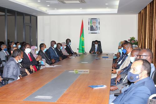 الوزير الأول محمد ولد بلال خلال اجتماعه مع مسؤولي الصفقات العمومية (وما)