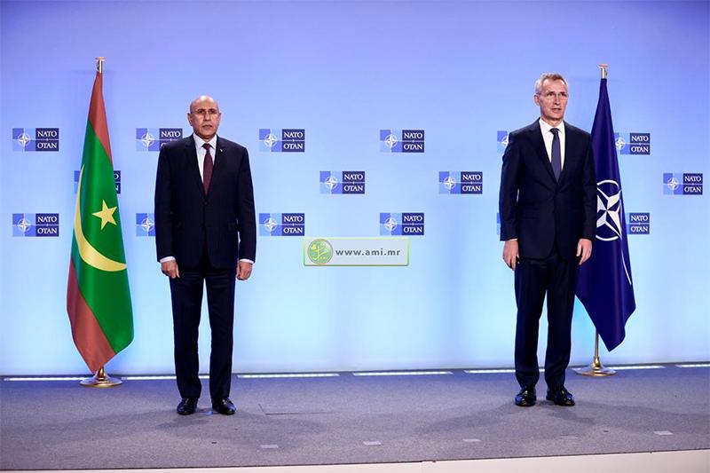 الرئيس محمد ولد الغزواني (يسار) والأمين العام لحلف شمال الأطلسي ينس ستولتنبيرغ (وما)