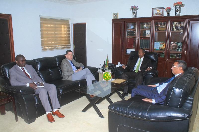 وزير العدل حيمود ولد رمظان خلال لقائه مع السفير الأمريكي مايكل دودمان (وما)