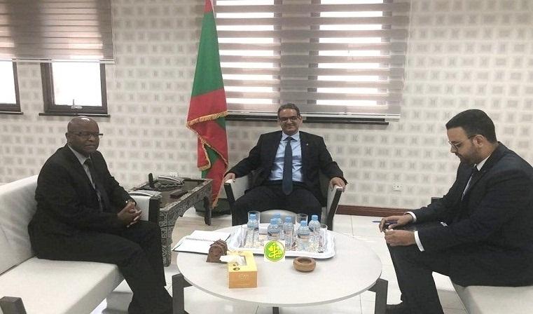 وزير الاقتصاد والصناعة عزيز ولد الداهي خلال لقائه مع ممثل صندوق النقد الدولي جوزيف كارنكوا اليوم (وما)