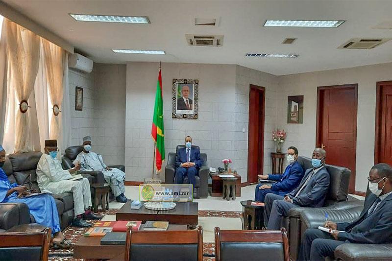 ولد الشيخ أحمد خلال مباحثاته مع سفير نيجيريا الجديد عقب استلام نسخة من أوراق اعتماده (وما)
