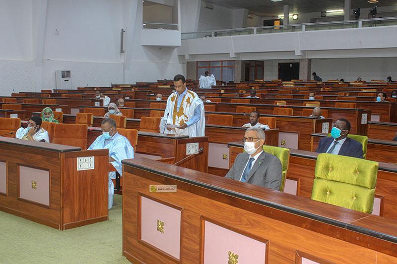 وزير المياه والصرف الصحي محمد الحسن ولد بوخريص داخل قبة البرلمان (وما)
