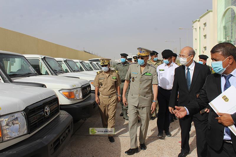 المدير العام للأمن الفريق مسغارو ولد اغويزي خلال تسلمه السيارات (وما)