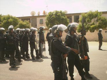 أفراد من شرطة موريتانيا بأحد الشوارع خلال مسيرة سابقة