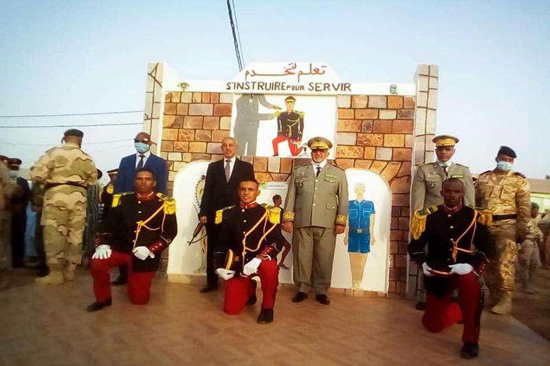 طلبة ضباط مع وزير الدفاع وقائد الأركان خلال حفل تخرجهم يوليو الماضي