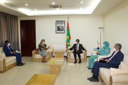 الوزير الأول محمد ولد بلال خلال لقائه اليوم مع السفيرة الألمانية غابرييلا غيليل (وما)