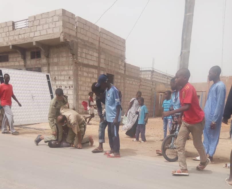 صورة لشرطيين يثبتان موقفا بالضغط على الرقبة تم تداولها على نطاق واسع في مواقع التواصل الاجتماعي