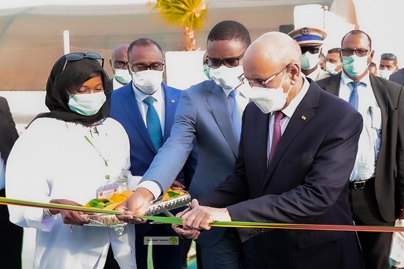 الرئيس محمد ولد الغزواني خلال قص الشريط إيذانا بافتتاح المستشفى الجديد (وما)