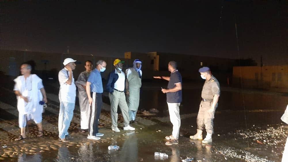 الوفد الوزراي خلال تفقد إحدى المدارس الليلة (وما)