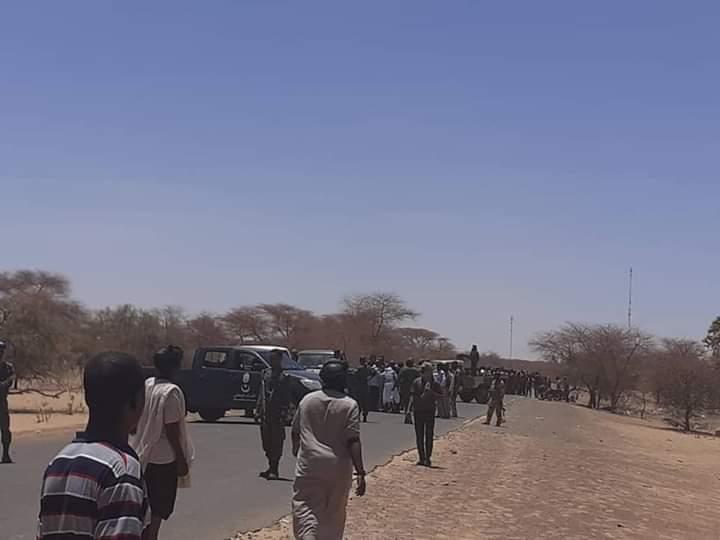قوات أمن من البلدين تحجز بين المواطنين لوقف المناوشات