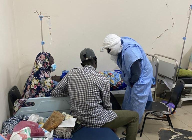الرئيس السابق محمد ولد عبد العزيز خلال زياته للفتاة في المشفى الذي تتعالج فيه