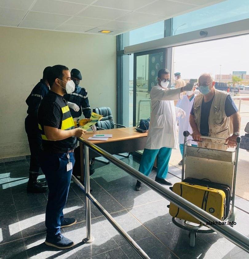 الفريق الطبي خلال تطبيق إجراءات الوقاية في مدخل المطار