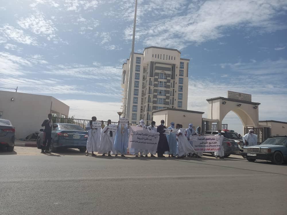 دكاترة العلوم الشرعية خلال وقفتهم الاحتجاجية اليوم أمام وزارة الشؤون الإسلامية