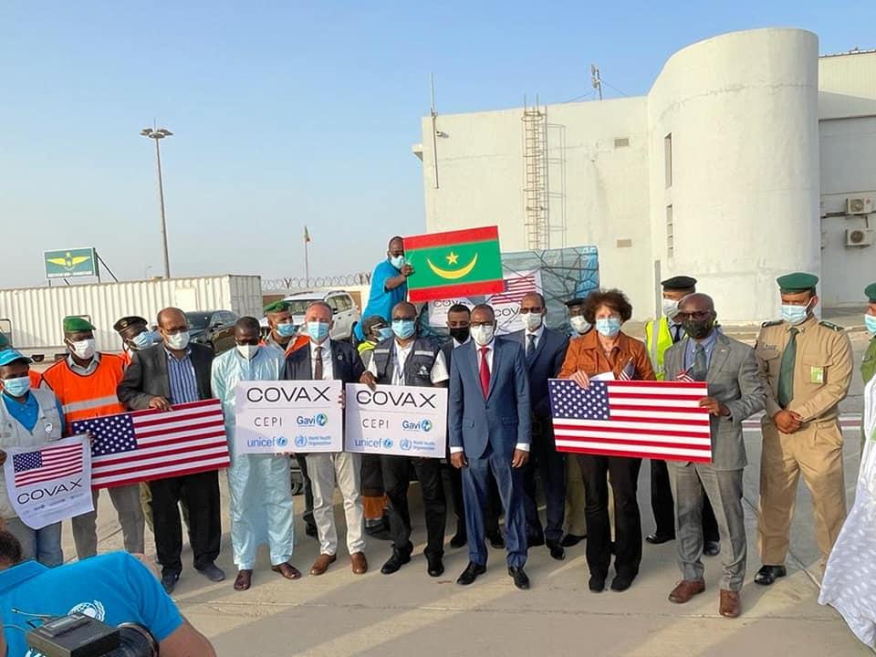 وزير الصحة خلال تسلم دفعة اللقاحات من القائمة بأعمال السفارة الأمريكية في نواكشوط