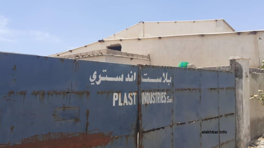 مدخل المصنع الذي تعرض لعملية السطو