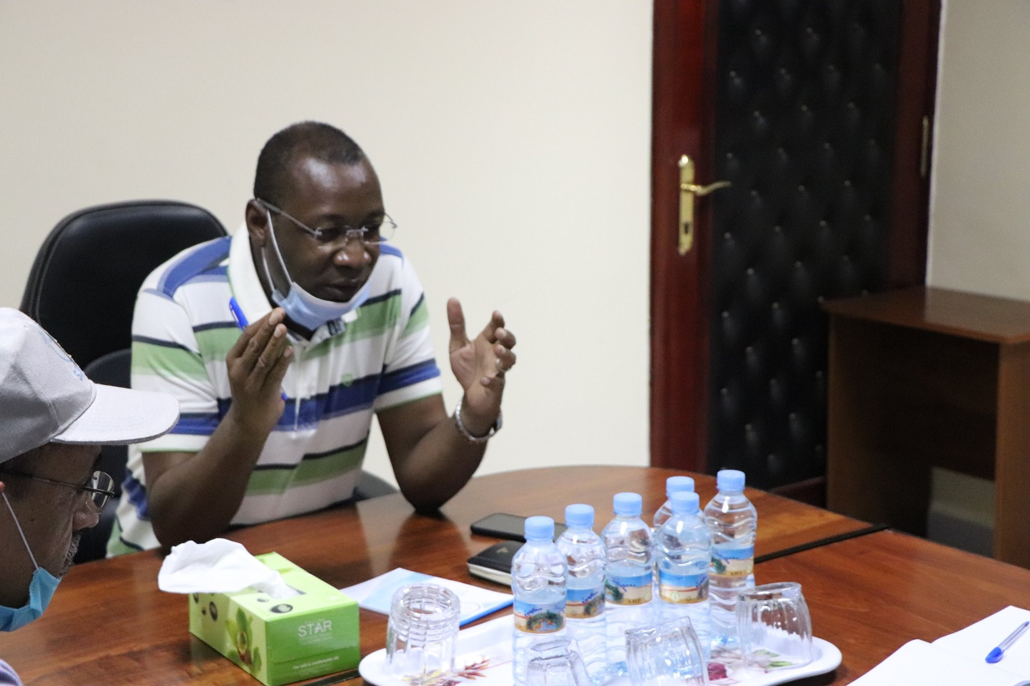 وزير المياه والصرف الصحي سيدي أحمد ولد محمد خلال اجتماعه اليوم في مقر شركة المياه