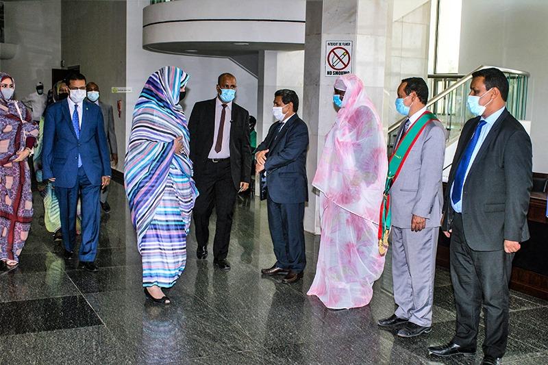 حرم الرئيس في مدخل قصر المؤتمرات لحضور حفل افتتاح اليوم التحسيسي (وما)