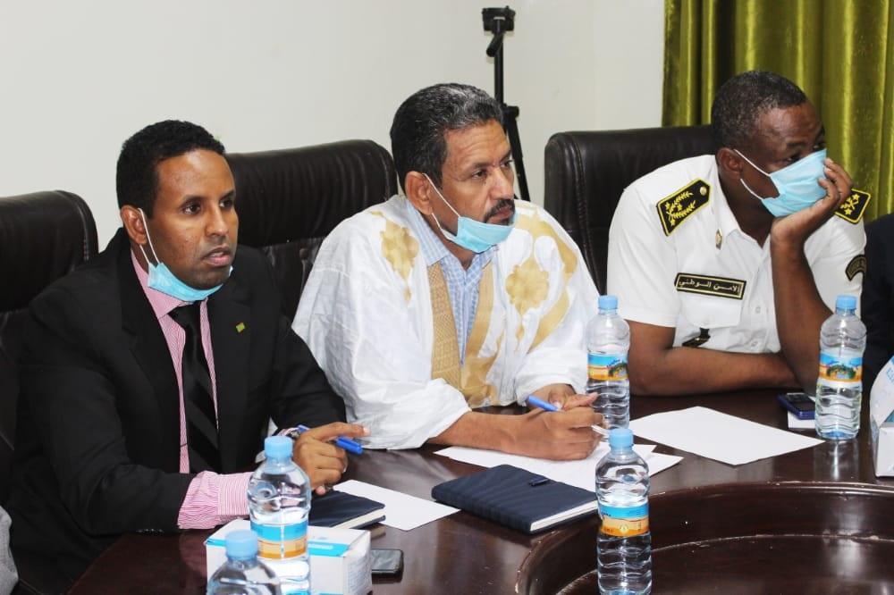 المفوض، والعمدة، والحاكم خلال الاجتماع المنعقد بمقر البلدية