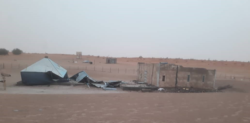أحد المنازل وقد أسقطت العاصفة سقفه
