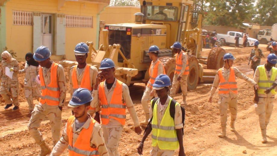 طلاب المعهد خلال زيارة مشروع إنشاء الطريق