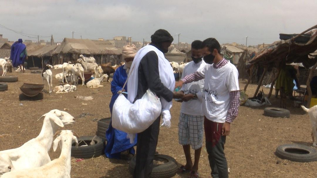 نشطاء الجمعة خلال توزيع الكمامات وأدوات التعقيم