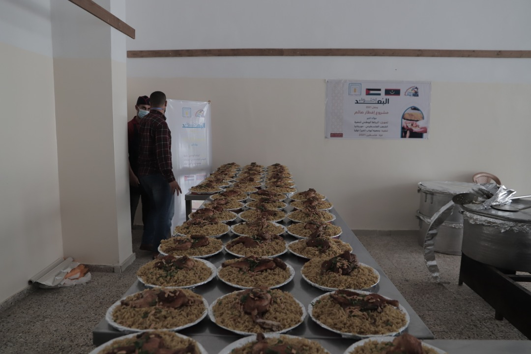 وجبات الإفطار قبل توزيعها على الصائمين