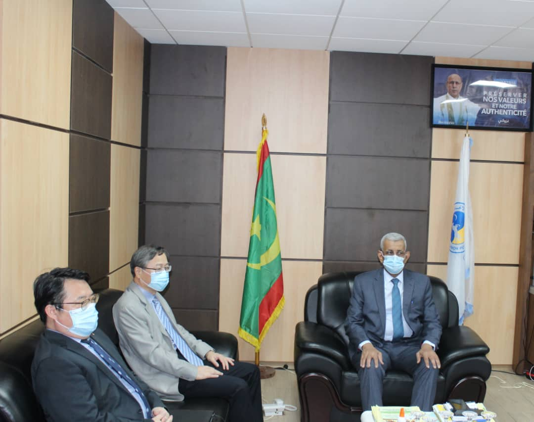 رئيس الحزب الحاكم، والسفير الصيني في نواكشوط خلال لقاء سابق بينهما