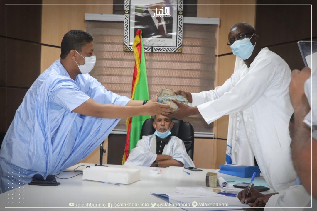 الأمين العام للحزب افالي انغيسالي يستلم المبلغ من أحمد ولد الإمام الشافعي (الأخبار)