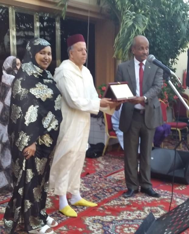 مدير المركز الثقافي المغربي في نواكشوط الأستاذ سعيد الجوهري خلال تسلمه التكريم