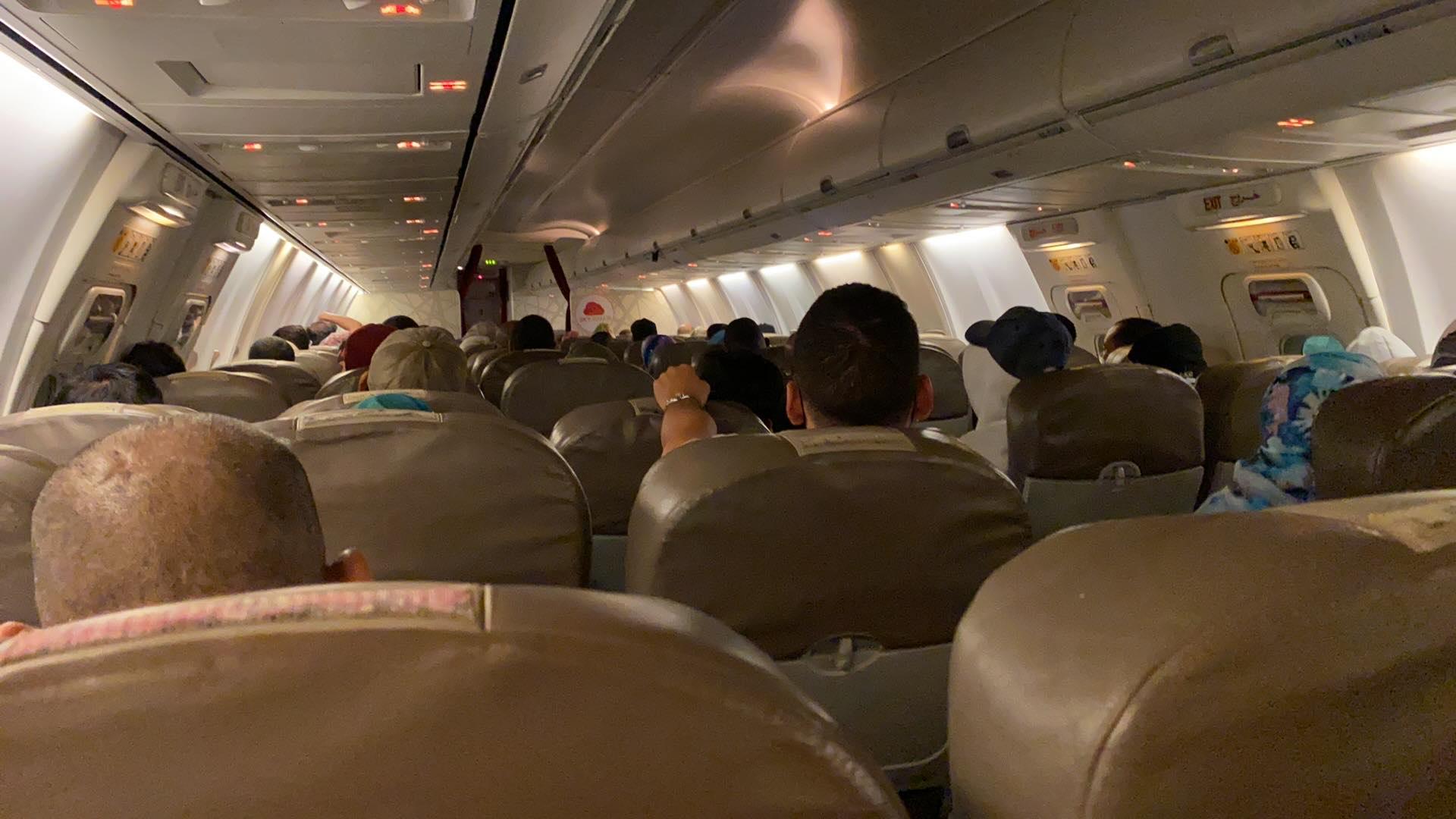 الطائرة رابضة بمطار محمد الخامس وعلى متنها عدد من المسافرين