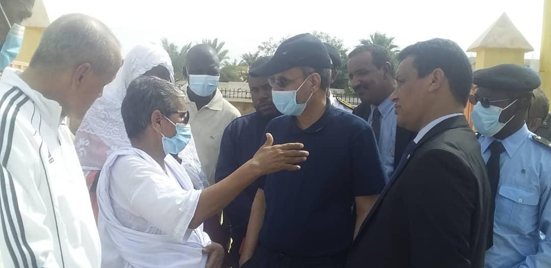 الوزير والوفد المرافق له خلال زيارة مدرسة ابن سيناء في تفرغ زينة اليوم