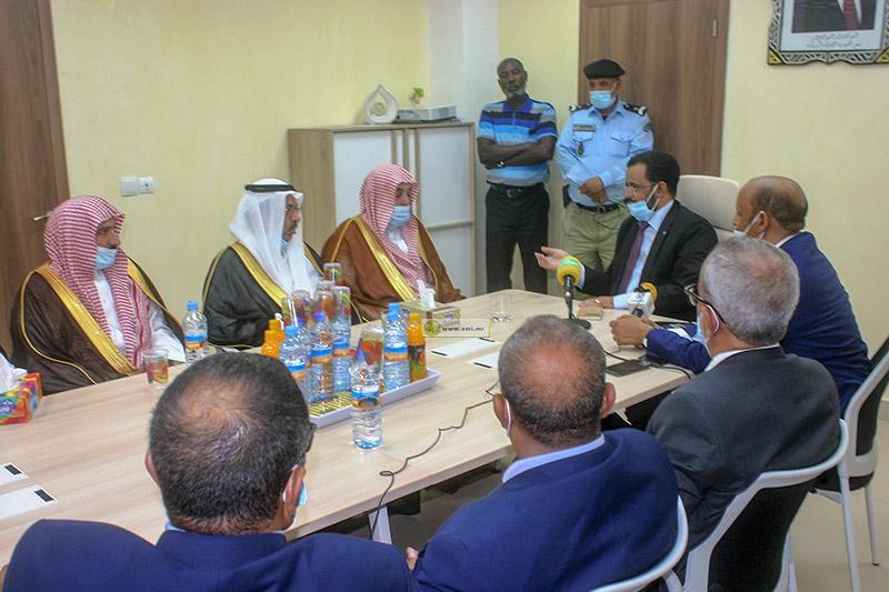 وزير الشؤون الإسلامية والتعليم الأصلي، خلال اجتماعه مع الوفد السعودي برئاسة وكيل وزارة الشؤون الإسلامية (وما)