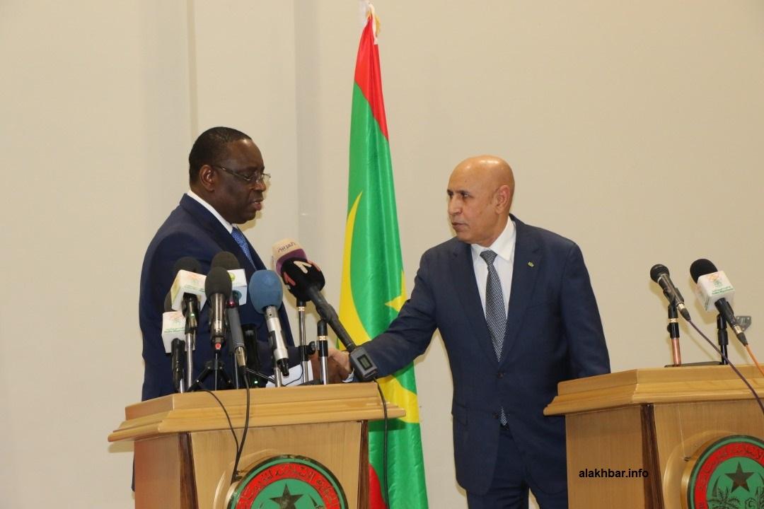 الرئيسان الموريتاني محمد ولد الغزواني، والسنغالي ماكي صال خلال مؤتمر صحفي في ختام الزيارة (الأخبار)