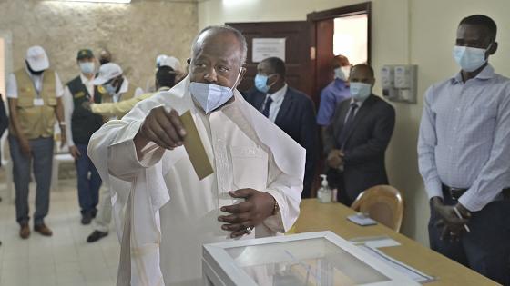 إسماعيل عمر جيله: رئيس جيبوتي خلال الإدلاء بصوته