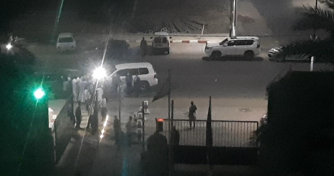 سيارات الوفد الحكومي في مدخل الفندق الليلة، وقد منع المحجور عليهم صحيا من لقائه خلالا لزيارات سابقة