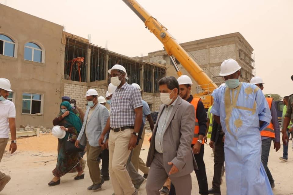 وزير الإسكان ووفده خلال تفقد أشغال مبنى البرلمان الجديد