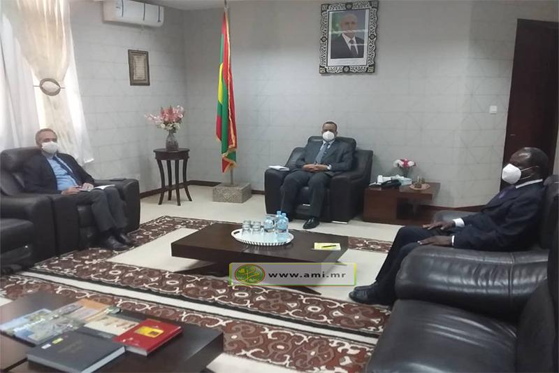وزير الخارجية الموريتاني إسماعيل ولد الشيخ أحمد خلال لقائه مع ممثل اليونسيف بموريتانيا مارك لوسيه (وما)
