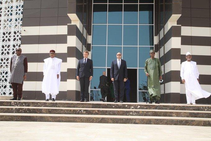 """رؤساء مجموعة الدول الخمس بالساحل، والرئيس الفرنسي خلال صورة جماعية أمام قصر المؤتمرات """"المرابطون"""""""