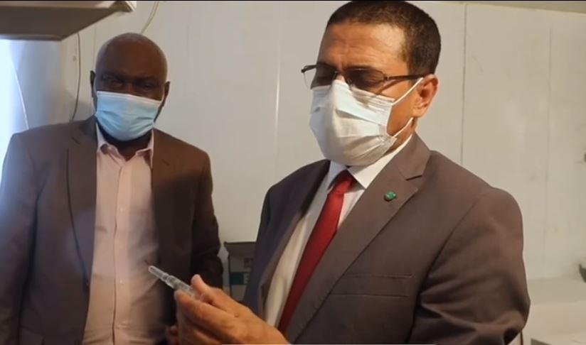 وزير الصحة محمد نذير ولد حامد وبيده أحد اللقاحات خلال زيارة لأحد مراكز حفظها في نواكشوط أمس