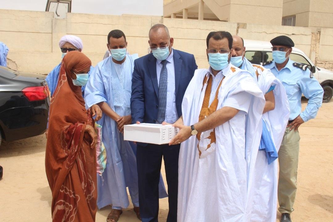 وزير الشؤون الإسلامية والتعليم الأصلي والأمين العام للوزارة، ومدير مؤسسة الأوقاف خلال توزيع المساعدات