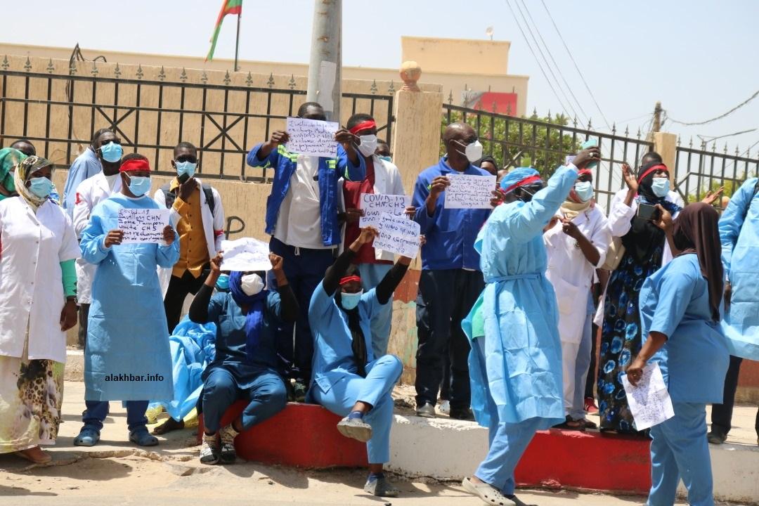 العاملون في وحدات كوفيد 19 خلال وقفتهم الاحتجاجية اليوم