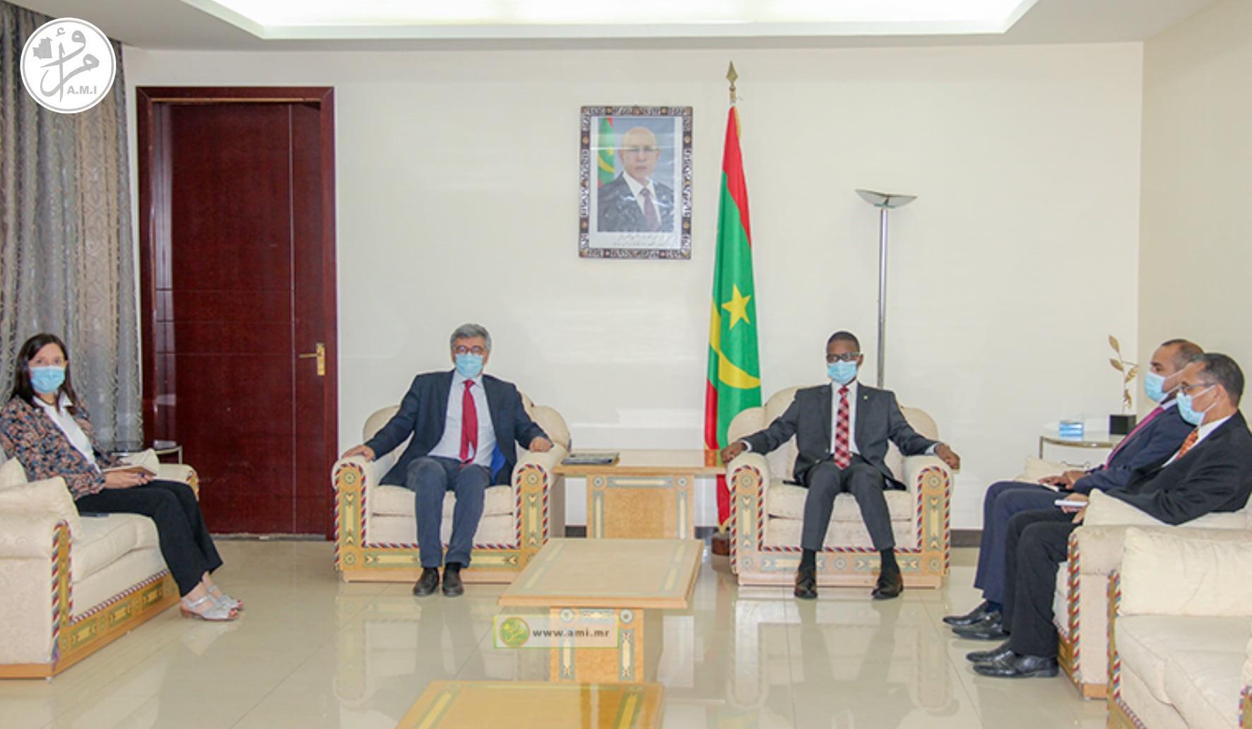 الوزير الأول محمد ولد بلال خلال لقائه مع السفير رئيس بعثة الاتحاد الأوربي جياكومو ديرازو (وما)