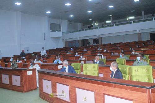 وزير الدفاع حننا سيدي حننا خلال نقاشه مشروع ميزانية قطاعه مع أعضاء لجنة المالية (وما)