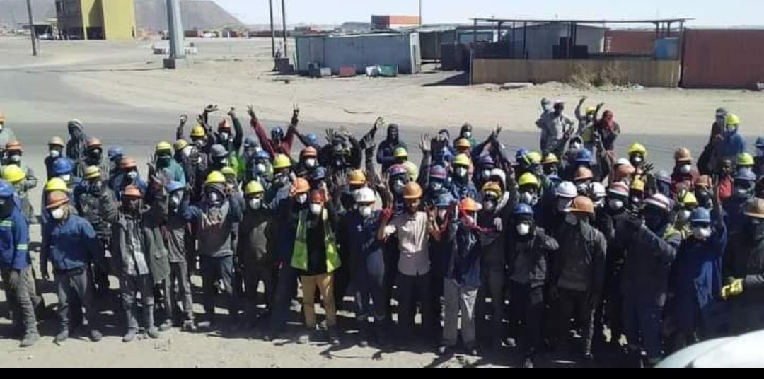 عمال الجرنالية خلال وقفتهم أمس الاثنين