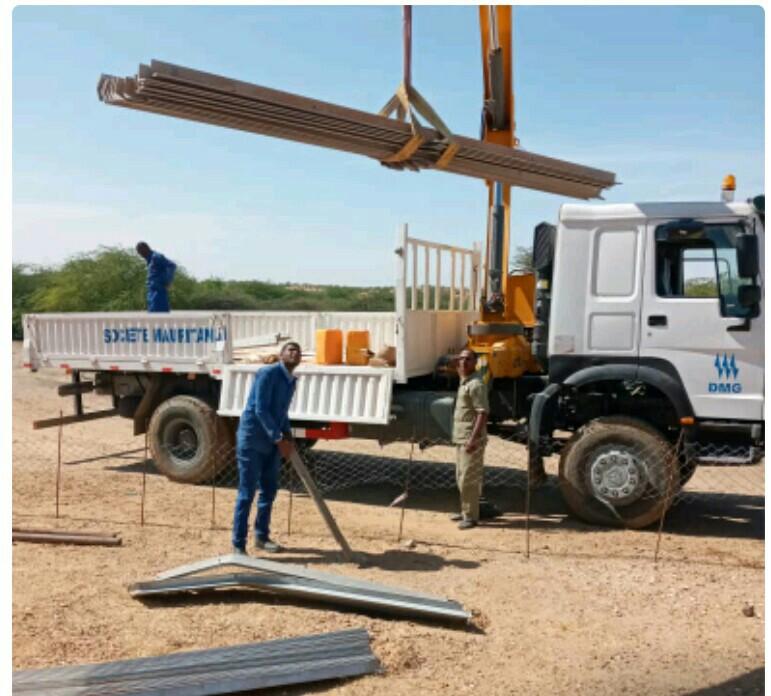 فرق شركة الكهرباء تباشر بناء خط ربط الآبار