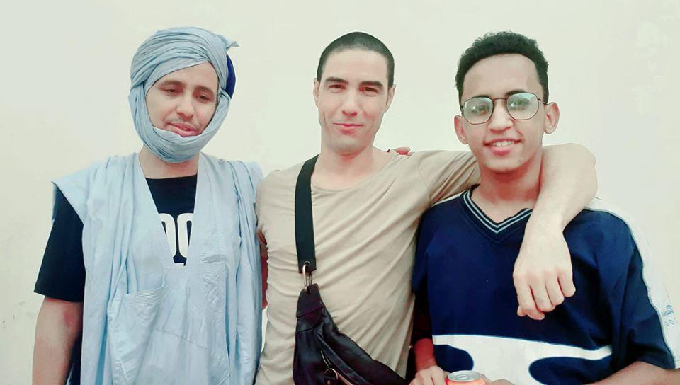 محمدو ولد صلاحي (يسار) مع الممثلين البار، وطاهر اللذين مثلاه خلال الفلم (من صفحة البار)