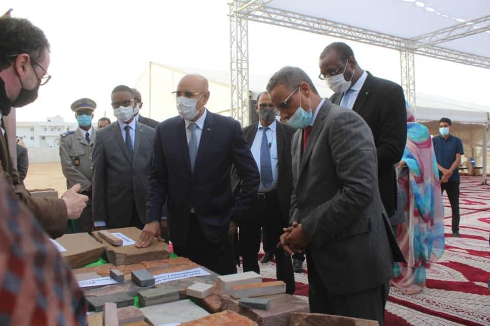 الرئيس محمد ولد الغزواني خلال إعطاء إشارة انطلاق أشغال الساحتين مساء الأربعاء
