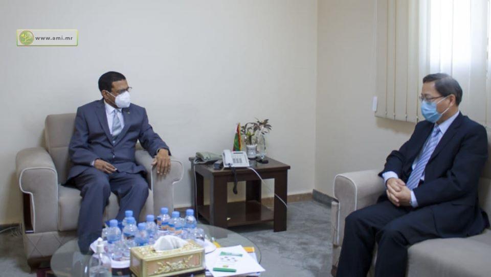 السفير الصيني في موريتانيا زهانغ اجيانكو، ووزير الصحة محمد نذير حامد خلال لقائهما اليوم (وما)