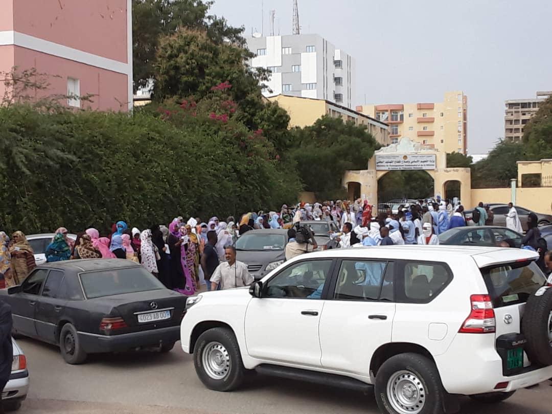 المعلمون خلال وقفة احتجاجية صباح الأربعاء أمام وزارة التعليم الأساسي